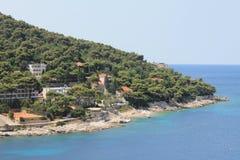 Взгляд Адриатического моря на полуострове Lapad Хорватии стоковые фотографии rf