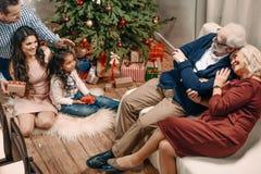 взгляд высокого угла счастливого времени траты семьи совместно стоковое изображение rf