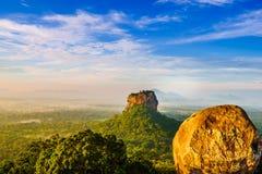Взгляд восхода солнца к утесу Sigiriya - утесу льва - от утеса Pidurangala в Шри-Ланка стоковое фото