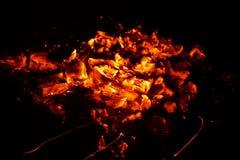 Взгляд гореть тлеющих углей стоковая фотография rf