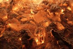 Взгляд гореть тлеющих углей стоковая фотография