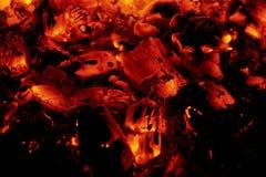 Взгляд гореть тлеющих углей стоковое изображение