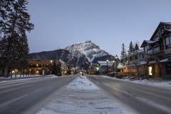Взгляд зимы раннего утра вниз с бульвара Banff стоковая фотография rf