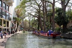 Взгляд известной прогулки реки в Сан Антонио, Техасе - США стоковые фотографии rf