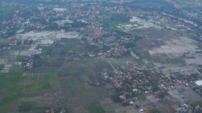 Взгляд из окна самолета на полях и деревнях Бали Индонезия сток-видео