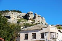 Взгляд каменных сфинксов над крышей стоковое изображение