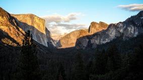 Взгляд к величественной долине Yosemite стоковые фотографии rf