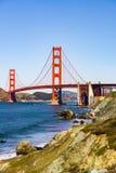 Взгляд к мосту золотых ворот от прибрежного следа, парку Presidio, Сан-Франциско, Калифорния стоковые фото