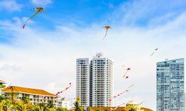 Взгляд на городском пейзаже Коломбо с красочными змеями, Шри-Ланка с современными зданиями стоковая фотография rf