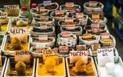 Взгляд на традиционном рынке в Армении со специями на рынке в Ереване стоковое изображение rf
