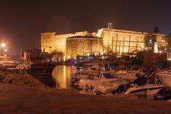 Взгляд ночи замка Kyrenia и старой гавани в северном Кипре стоковое изображение rf