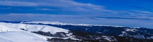 Взгляд панорамы на зимний день от верхней части горы Горы Румынии Baiului стоковое фото rf