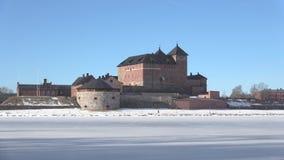 Взгляд древней крепости Hameenlinna, солнечный день в марте Финляндия видеоматериал