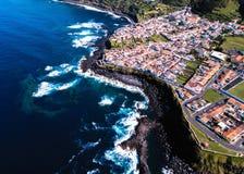 Взгляд сверху прибой океана на рифах плавает вдоль побережья острова San Miguel, Азорские островы стоковые фотографии rf