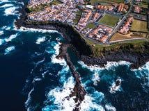 Взгляд сверху прибоя океана на рифах плавает вдоль побережья остров San Miguel - Азорские островы стоковые изображения