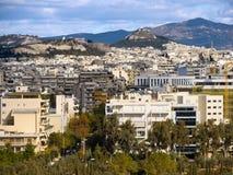Взгляд сверху дома, гор, холма акрополя и Likavitos и городской архитектуры Афина на солнечный день стоковая фотография rf