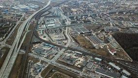 Взгляд сверху серой метрополии Панорама большого города с зонами и проходить длинное шоссе в пасмурной погоде слободско стоковое фото