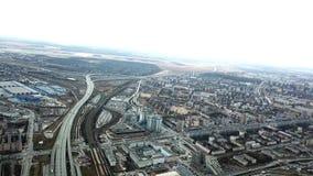Взгляд сверху серой метрополии Панорама большого города с зонами и проходить длинное шоссе в пасмурной погоде слободско стоковые фото