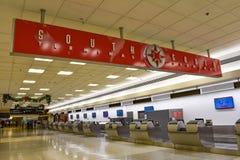 Взгляд сверху терминала красного знака южного на международном аэропорте Майами стоковое фото