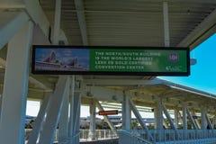 Взгляд сверху оранжевых знака и моста выставочного центра Conty на международной зоне привода стоковое изображение rf