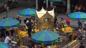 Взгляд святыни Erawan алтара со скульптурой 4-стороны Будды Бангкок сток-видео