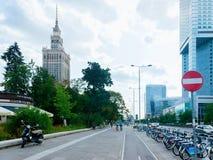 Взгляд улицы с дворцом небоскреба культуры и науки стоковое изображение rf