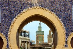 Взгляд через ворота Bab Bou Jeloud стоковые изображения rf