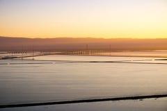Взгляды моста на заходе солнца, холмов регионального парка San Francisco Bay и Дамбартона койота, Fremont, Калифорния стоковые фото