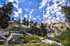 Взгляды на следе к уединенному озеру сосн, восточные горы Сьерра, Калифорния стоковые фото