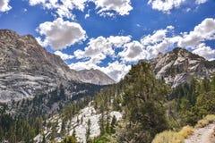Взгляды на следе к уединенному озеру сосн, восточные горы Сьерра, Калифорния стоковые изображения