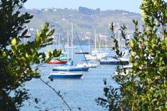 Взгляды порта Франции к шлюпкам в воде стоковое фото