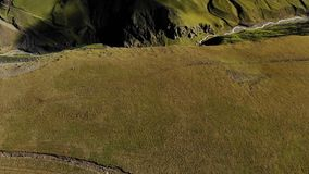 Взгляд Arial над рекой горы Вертикальная панорама скалистой стены гребня Летать вперед панорама горы ландшафта caucasus северная сток-видео