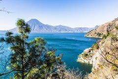 Взгляд Clifftop вулкана & озера Atitlan, Гватемалы стоковое изображение