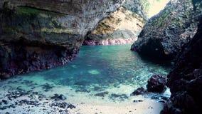 Взгляд от внутренности пещеры пляжа смотря вне на море bali Индонесия сток-видео