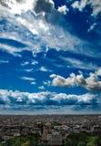 Взгляд от Montmartre к лету Парижу и драматическому cloudscape стоковые изображения rf
