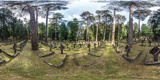ВИЛЬНЮС, ЛИТВА - АВГУСТ 2018: Полностью безшовная панорама взгляда 360 угловых градусов в могилах солдат кладбища польских умерла стоковое изображение rf