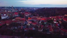ВИЛЬНЮС, ЛИТВА - вид с воздуха города Вильнюса старого акции видеоматериалы