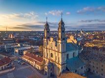 ВИЛЬНЮС, ЛИТВА - церковь Misionieriai вида с воздуха стоковые фото