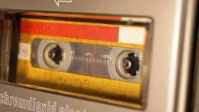 Винтажная желтая магнитофонная кассета в магнитофоне играя и вращает видеоматериал