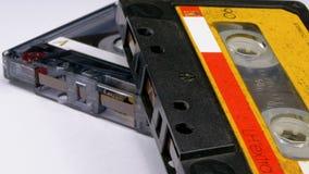 Винтажная магнитофонная кассета 2 вращает на белой предпосылке видеоматериал