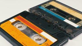Винтажная магнитофонная кассета 2 вращает на белой предпосылке сток-видео