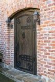 Винтажная деревянная дверь и ручка в кирпичной стене стоковая фотография rf