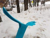 Винтажная сломленная мусорная корзина на снеге стоковая фотография rf