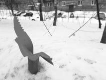 Винтажная сломленная мусорная корзина на снеге стоковое изображение rf