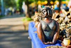 Винтажная статуэтка девушки на блошином рынке стоковое изображение rf