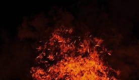 Винтажные пламена ожога с тлеющими углями частиц на изолированной черной предпосылке Предпосылка влияния текстуры огня стоковая фотография rf