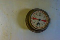 Винтажный метр давления на стене, винтажная технология и оборудование стоковые фото