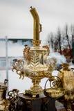 Винтажный позолоченный русский самовар на улице стоковое фото