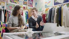 Видео молодых милых пар наблюдая на ноутбуке акции видеоматериалы