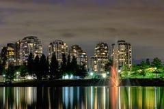 Вид на город scape ночи, Coquitlam, большая область Ванкувера, Канада стоковые фотографии rf